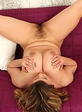 Busty mature Vanda spreads her pink pussy